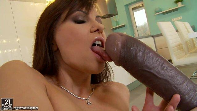Девушка огромным хуем ебет подругу секс