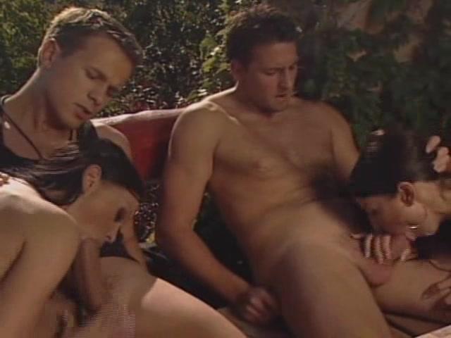 gruppovoy-seks-priroda-foto-nezhnie-grudi-golom-vide