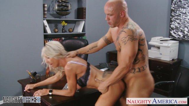 Секс в агентстве видео