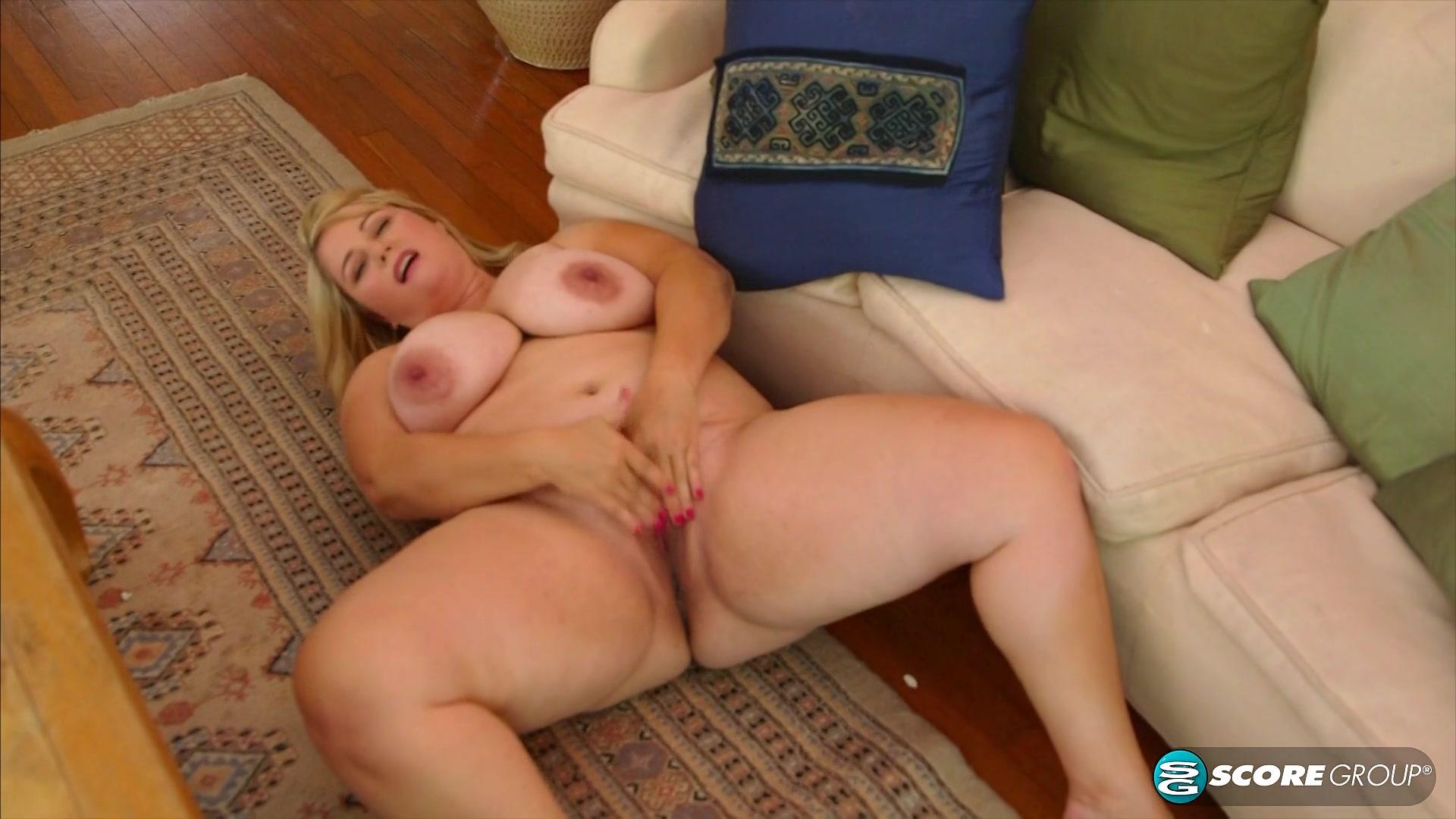 Молодая толстая блондинка в привате